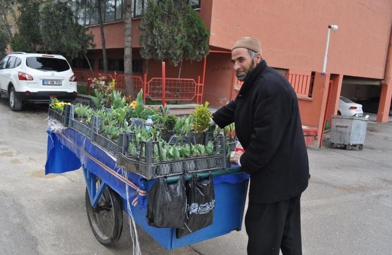 Çiçek satarak 11 kişilik nüfusunu geçindiriyor