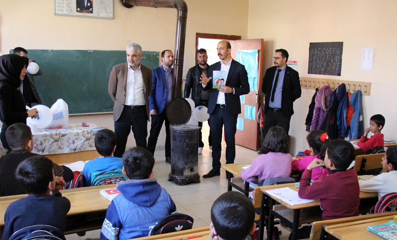 Dicle Elektrik'ten Köy Okullarına Kitaplı Eğitim