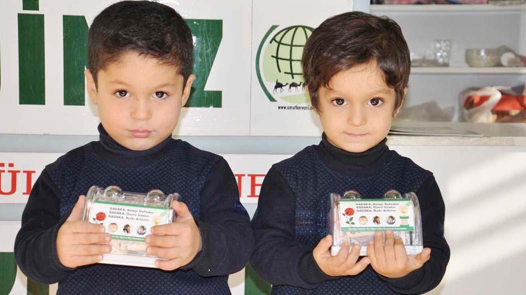 Minik İkizler Harçlıklarını Yetimlere Bağışladı