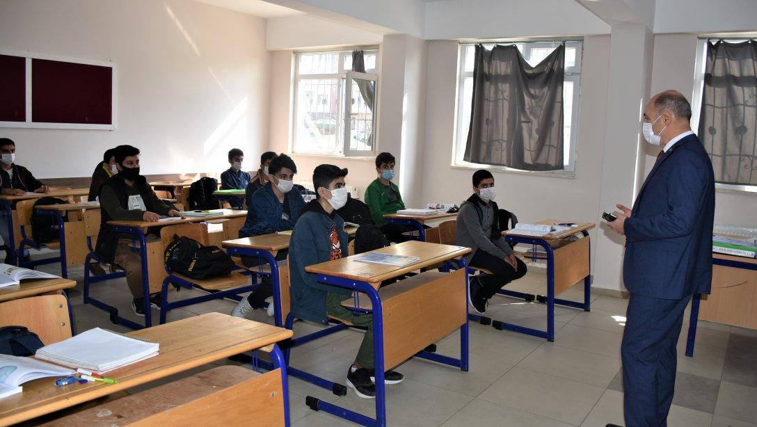 Öğrencilerle Ders İşledi