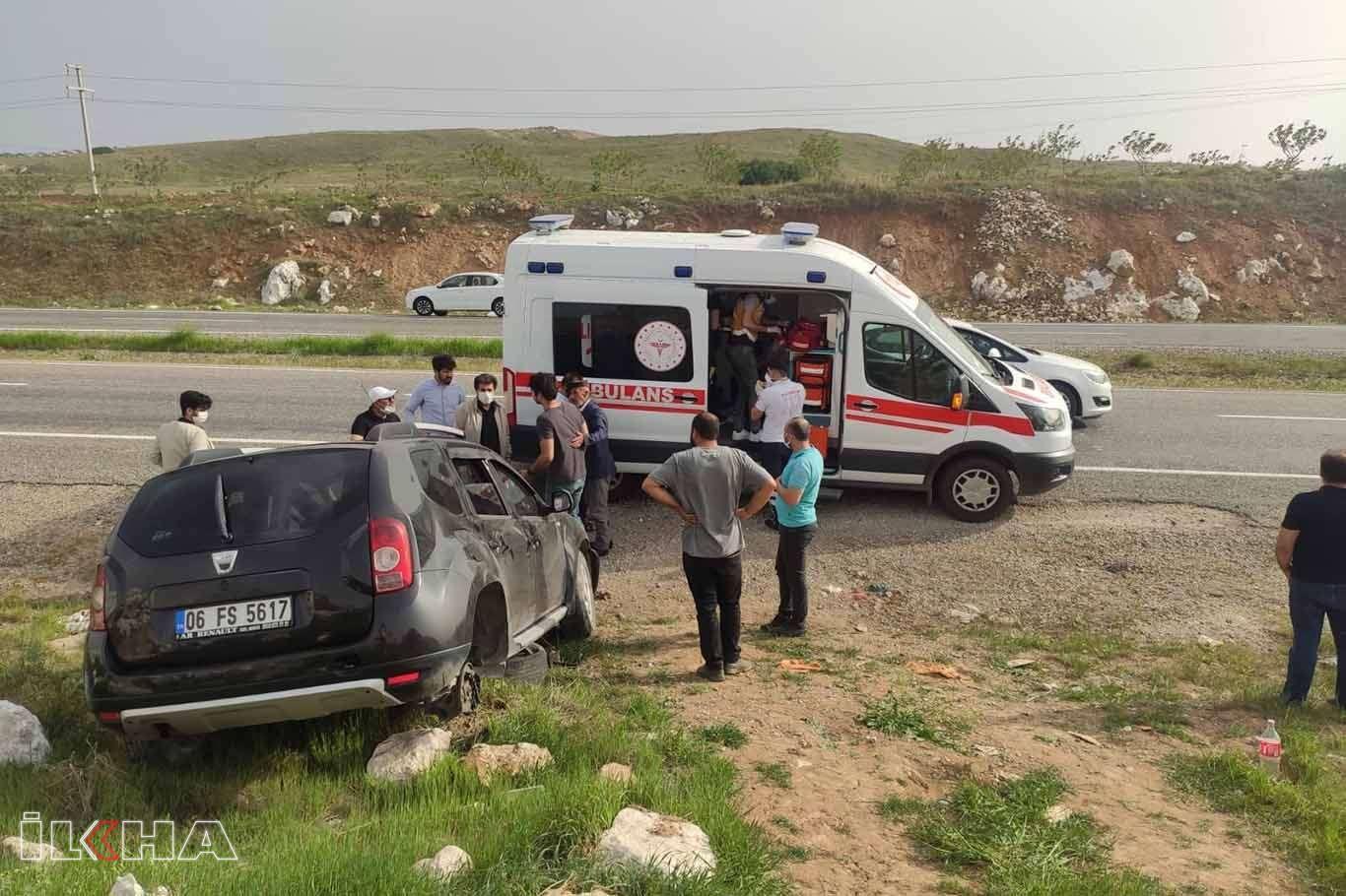 Şarampole yuvarlanan otomobil kayalıklara çarptı: 3 yaralı