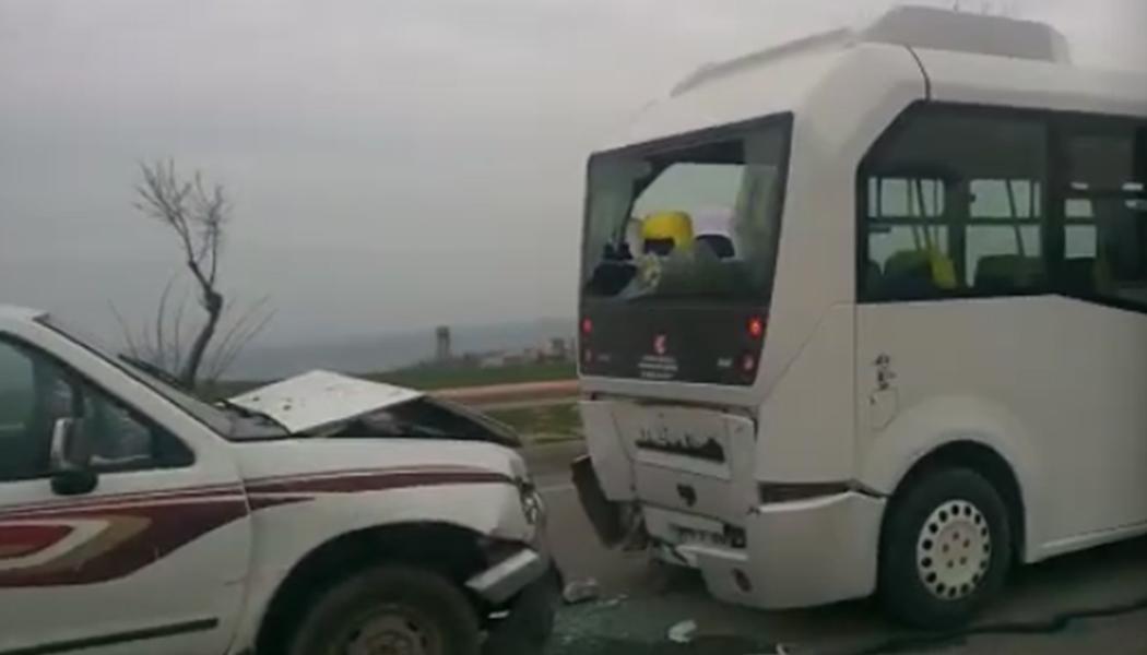 Yolcu Minibüsü İle Kamyonet Çarpıştı: 2 Yaralı